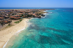 Widok z lotu ptaka Santa Maria plaża w Sal wyspy przylądku Verde, Cabo - Zdjęcia Stock