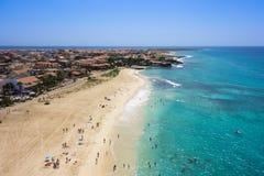 Widok z lotu ptaka Santa Maria plaża w Sal wyspy przylądku Verde, Cabo - Zdjęcie Stock