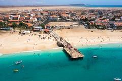 Widok z lotu ptaka Santa Maria plaży ponton w Sal wyspy przylądku Verd fotografia royalty free