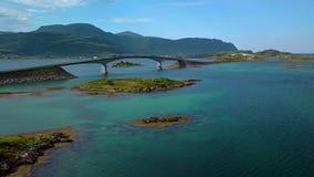 Widok z lotu ptaka sceniczna droga na Lofoten wyspach w Norwegia z bridżowymi złączonymi wyspami zbiory wideo
