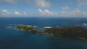 Widok z lotu ptaka Seascape z tropikalną wyspą, plaża, kołysa i macha Catanduanes, Filipiny Obrazy Royalty Free