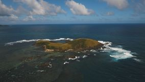 Widok z lotu ptaka Seascape z tropikalną wyspą, plaża, kołysa i macha Catanduanes, Filipiny Zdjęcia Stock