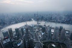 Widok z lotu ptaka Shangai przy półmrokiem Obrazy Stock