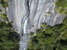 Widok z lotu ptaka siklawa w Val Di Mello, zielona dolina otaczająca granitowymi górami i drewnami Val Masino, Sondrio Włochy Fotografia Stock