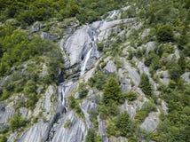 Widok z lotu ptaka siklawa w Val Di Mello, zielona dolina otaczająca granitowymi górami i drewnami Val Masino, Sondrio Włochy Obraz Royalty Free