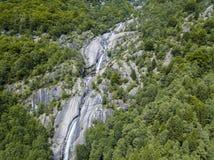 Widok z lotu ptaka siklawa w Val Di Mello, zielona dolina otaczająca granitowymi górami i drewnami Val Masino, Sondrio Włochy zdjęcia royalty free