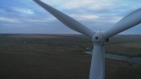 Widok z lotu ptaka silnik wiatrowy produkcji 4k Energetyczna antena strzelał na zmierzchu 4k trutnia materiału filmowego turbiny  zbiory