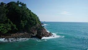 Widok z lotu ptaka skalistej wyspy wybrzeże z Tajlandzką flagą i rybakiem nad tłem morza i nieba zdjęcie wideo