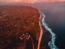 Widok z lotu ptaka skalisty brzeg z falezą i oceanu ciepłym zmierzchem w Bali obraz royalty free