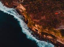 Widok z lotu ptaka skalisty brzeg z falez? i oceanu ciep?ym zmierzchem w Bali zdjęcie royalty free