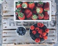 Widok z lotu ptaka soczyste truskawki, malinki i czarne jagody w drewnianym pudełku, obrazy stock