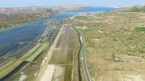 Widok z lotu ptaka solankowe niecki otaczać morzem i górami, Pag wyspa, Chorwacja zbiory wideo