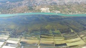 Widok z lotu ptaka solankowe niecki otaczać morzem i górami, Pag wyspa, Chorwacja zdjęcie wideo