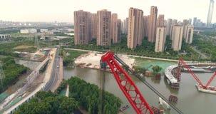 Widok z lotu ptaka spławowy żuraw, zwyczajna bridżowa budowa zbiory wideo