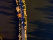 Widok Z Lotu Ptaka spadków kolory wokoło jeziora i liście obrazy royalty free