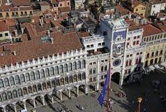 Widok z lotu ptaka St Mark ` s Clocktower na St Mark ` s kwadrata piazza San Marco od St Mark ` s dzwonnicy dzwonkowy wierza Zdjęcie Royalty Free
