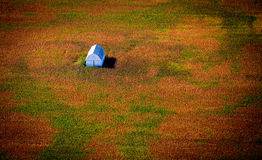 Widok z lotu ptaka stajnia w Kolorowym polu Zdjęcie Royalty Free