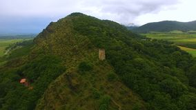 Widok z lotu ptaka stary Gremi wierza stoi na wzgórzu w Gruzja, antyczna architektura zdjęcie wideo