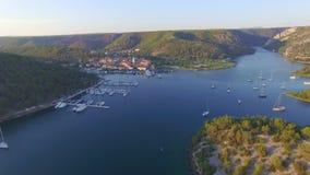 Widok z lotu ptaka stary miasteczko Skradin przy ujściem Krka rzeka zdjęcie wideo