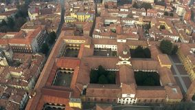 Widok z lotu ptaka starzy domy i ulicy w Pavia, Włochy zbiory wideo