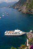 Widok z lotu ptaka statek w schronieniu Vernazza Zdjęcie Royalty Free