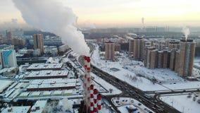 Widok z lotu ptaka strefa przemysłowa z wielkimi czerwieni i bielu drymbami z bielem dymi Dym nalewa od fabrycznej drymby wewnątr zdjęcie wideo
