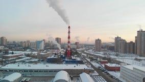 Widok z lotu ptaka strefa przemysłowa z wielkimi czerwieni i bielu drymbami z bielem dymi Dym nalewa od fabrycznej drymby wewnątr zbiory wideo