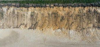 Widok z lotu ptaka stromy wysoki skłon piasek jama w Niemcy, abstrakt fotografia stock