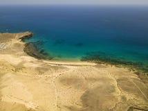 Widok z lotu ptaka strzępiaste plaże Lanzarote i brzeg, Hiszpania, kanarek Drogi i brud ścieżki Papagayo obrazy stock