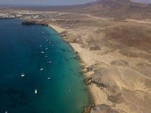 Widok z lotu ptaka strzępiaste plaże Lanzarote i brzeg, Hiszpania, kanarek Drogi i brud ścieżki Papagayo fotografia royalty free