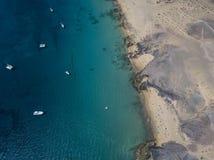 Widok z lotu ptaka strzępiaste plaże Lanzarote i brzeg, Hiszpania, kanarek Drogi i brud ścieżki Papagayo obrazy royalty free