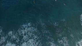 Widok z lotu ptaka surfingowa dopłynięcie zbiory wideo