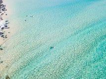 Widok z lotu ptaka surfingowiec paddling przy plażą z jasną wodą Obrazy Royalty Free