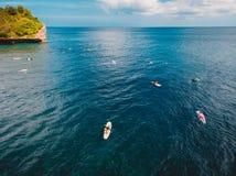 Widok z lotu ptaka surfingowowie w tropikalnym błękitnym oceanie, Bali zdjęcie royalty free