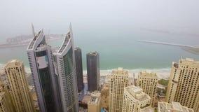 Widok z lotu ptaka szyk drapacze chmur stawia czoło morze w małej mgle Dubaj, Zjednoczone Emiraty Arabskie zbiory wideo