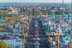 Widok z lotu ptaka tłum Oktoberfest goście Fotografia Royalty Free