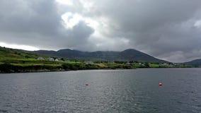 Widok z lotu ptaka Teelin zatoka w okręgu administracyjnym Donegal na Dzikim Atlantyckim sposobie w Irlandia zdjęcie wideo