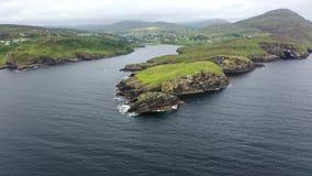 Widok z lotu ptaka Teelin zatoka w okręgu administracyjnym Donegal na Dzikim Atlantyckim sposobie w Irlandia zbiory