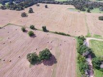 Widok z lotu ptaka Teksas ziemi uprawnej prerii pola beli siano na słonecznym dniu Zdjęcia Royalty Free