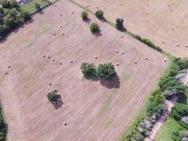 Widok z lotu ptaka Teksas ziemi uprawnej prerii pola beli siano na słonecznym dniu Obrazy Royalty Free