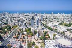 Widok z lotu ptaka tel aviv linia horyzontu z miastowymi drapaczami chmur i niebieskim niebem, Izrael fotografia stock