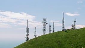 Widok z lotu ptaka telekomunikacje góruje anteny zbiory