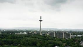 Widok z lotu ptaka telekomunikacje g?ruje w Frankfurt magistrala, Niemcy - jest - zdjęcie wideo