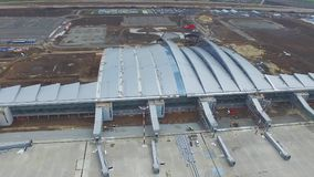 Widok z lotu ptaka terminale i wierza Widok z lotu ptaka Lotniczy park blisko Krakow centrum miasta Lotniskowy terminal, powietrz Zdjęcie Royalty Free