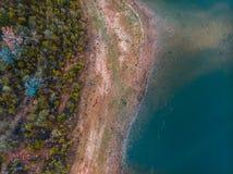 Widok z lotu ptaka textured krajobraz z jeziorem i drzewami zdjęcia stock