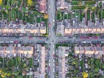 Widok z lotu ptaka tradycyjni lokalowi przedmieścia krzyżuje drogi w Anglia Obrazy Royalty Free