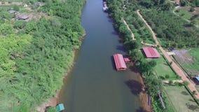 Widok z lotu ptaka tratwa w rzece zbiory