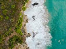 Widok z lotu ptaka tropikalna piasek plaża z skałami i zieloną falezą obraz stock