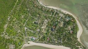Widok z lotu ptaka tropikalna wyspa z hotel w kurorcie na dennym brzeg Piękny krajobraz od latającej truteń zieleni wyspy z palmą zdjęcie wideo
