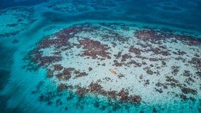 Widok z lotu ptaka tropikalna wyspa przy rękawicznika Rafowym atolem w Belize z kajakami zdjęcia royalty free